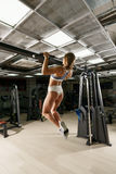 Sexy blonder Trainer, der in der Sportturnhalle hochzieht Lizenzfreie Stockbilder