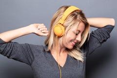 Sexy blondes Frauentanzen mit den Armen hob für Energie an Stockbilder