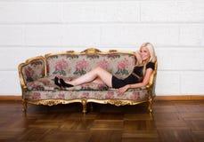 Sexy blondes Hinlegen auf Sofa Lizenzfreies Stockfoto