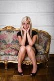Sexy blondes Hinlegen auf Sofa Lizenzfreies Stockbild
