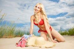 Sexy blondes Mädchen auf dem Strand Lizenzfreies Stockfoto