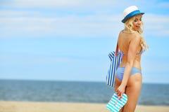 Sexy blondes Mädchen auf dem Strand Lizenzfreies Stockbild