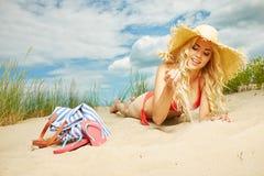 Sexy blondes Mädchen auf dem Strand Stockbild