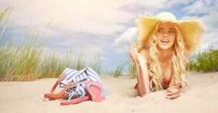 Sexy blondes Mädchen auf dem Strand Lizenzfreie Stockfotografie