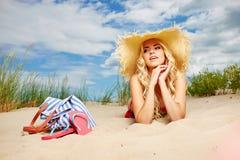 Sexy blondes Mädchen auf dem Strand Stockfotos