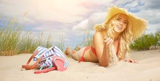 Sexy blondes Mädchen auf dem Strand Stockfoto