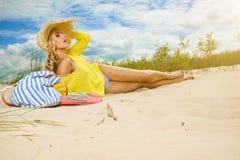 Sexy blondes Mädchen auf dem Strand Stockbilder