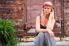 Sexy blondes Mädchen auf zufällige Mode lizenzfreie stockbilder