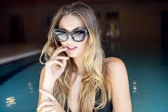 Sexy blondes Mädchen bei der Badeanzugaufstellung Stockfoto