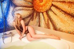 Sexy blondes Mädchen, das Bad nimmt Stockfotografie