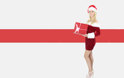 Sexy blondes Mädchen, das ein Weihnachtsgeschenk hält Stockfotografie