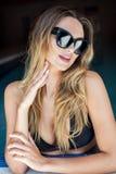Sexy blondes Mädchen in der Sonnenbrille Stockfotografie