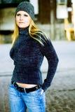 Sexy blondes Mädchen in der Winter-Strickjacke u. dem Hut Lizenzfreie Stockfotografie