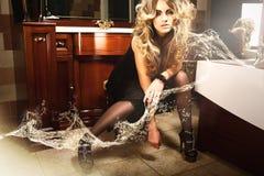 Sexy blondes Mädchen im Badezimmer mit Wasser Stockfotografie