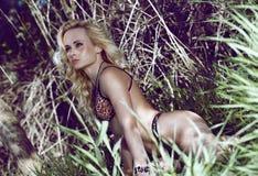 Sexy blondes Mädchen im Dschungel Lizenzfreie Stockfotos