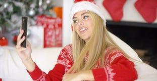 Sexy blondes Mädchen im Weihnachten-outfin, das ein selfie nimmt Stockbilder