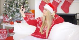 Sexy blondes Mädchen im Weihnachten-outfin, das ein selfie nimmt Lizenzfreies Stockfoto