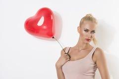 Sexy blondes Mädchen mit Ballon und der Hand nahe dem Kasten Lizenzfreies Stockfoto
