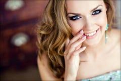 Sexy blondes Mädchen mit blauen Augen, ansteckendes Lachen Stockfotografie