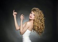 Sexy blondes Mädchen mit dem gesunden gewellten Haar Stockfoto