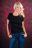 Sexy blondes Mädchenmode-modell in den Blue Jeans Stockfoto