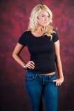 Sexy blondes Mädchenmode-modell in den Blue Jeans Lizenzfreie Stockfotos