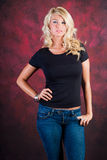 Sexy blondes Mädchenmode-modell in den Blue Jeans Stockfotografie