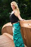 Sexy blondes Mode-Modell auf einer Brücke Stockfotografie