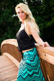 Sexy blondes Mode-Modell auf einer Brücke Lizenzfreies Stockbild