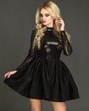 Sexy, blondes Modell, das schickes Kleid trägt Lizenzfreies Stockfoto