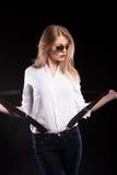 Sexy blondes Modell mit Hosenträgern und weißem Hemd Stockfotos
