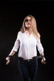Sexy blondes Modell mit Hosenträgern und weißem Hemd Lizenzfreie Stockfotografie
