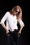 Sexy blondes Modell mit Hosenträgern und weißem Hemd Lizenzfreie Stockbilder