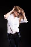 Sexy blondes Modell mit Hosenträgern und weißem Hemd Lizenzfreies Stockfoto