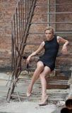 Sexy blondes Sitzen auf Treppe Lizenzfreies Stockfoto