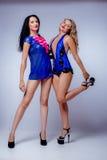 Sexy blondes und Brunette im Studio Stockfoto
