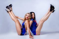 Sexy blondes und Brunette im Studio Lizenzfreie Stockfotos