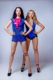 Sexy blondes und Brunette im Studio Stockfotografie
