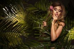 Sexy blondeschoonheid in een regenwoud stock fotografie