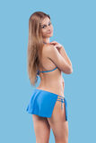 Sexy blondevrouw die het roze swimwear stellen op kleurenachtergrond dragen Perfect Lichaam Bikinicatalogus Stock Afbeeldingen