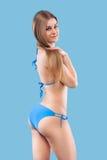 Sexy blondevrouw die het roze swimwear stellen op kleurenachtergrond dragen Perfect Lichaam Bikinicatalogus Stock Foto