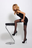 Sexy blondevrouw in elegante zwarte kleding Royalty-vrije Stock Afbeelding