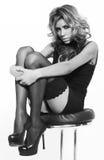 Sexy blondevrouw in elegante zwarte kleding Royalty-vrije Stock Afbeeldingen