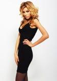 Sexy blondevrouw in elegante zwarte kleding Stock Afbeelding