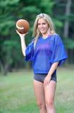 Sexy Blondine Amercian-Fußballspieler stockfoto