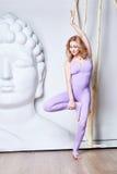 Sexy Blondine der Schönheit mit perfekter athletischer dünner Zahl engagierte sich herein Stockbilder