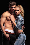 Sexy Blondine, die auf ihrem schulterfreien Freund sich lehnen lizenzfreie stockbilder