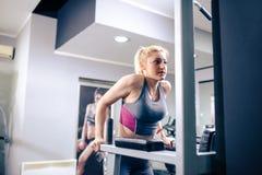 Sexy Blondine, die an der Turnhalle ausarbeiten Stockfoto