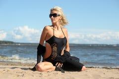 Sexy Blondine in einem schwarzen Bikini Stockfoto
