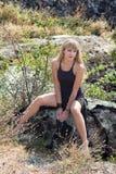 Sexy Blondine geht in die Berge Lizenzfreies Stockfoto